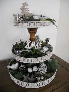 etagere gemaakt van 3 dienbladen en een door midden gezaagde kandelaar. Nu aangekleed voor kerst,maar aan ieder seizoen aan te passen.