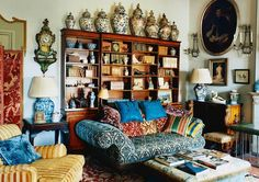 Sue Townsend had long coveted a flat in Florence whose lofty loggia looked out over the city's sights. Now she has her prize, she's filled it with grand English antiques and Oriental lacquerware brought over from her Notting Hill home. Hygge Home Interiors, World Of Interiors, French Interiors, Country Cottage Interiors, Country House Interior, Interior Design Living Room, Living Room Decor, Living Rooms, Townsend Homes