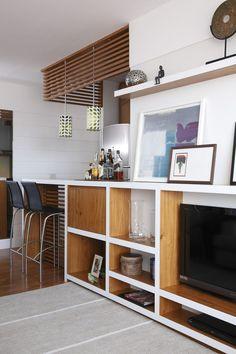 Gostei foi da treliça de madeira no teto. Divide ambientes, aconchega, esquenta...