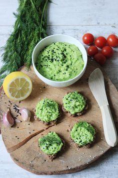 Pasta z zielonego groszku i fety to świetny pomysł na urozmaicenie codziennych kanapek. Jest bardzo smaczna i możemy ją przygotować dosłown...