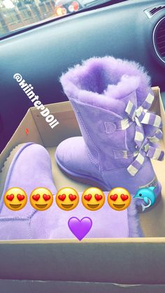 Uggs are not only the most loved but also the most controversial boots on the market. Ugg Boots Outfit, Girls Ugg Boots, Ugg Shoes, Girls Shoes, Shoe Boots, Shoes Sandals, Women Sandals, Shoes Women, Outfit Jeans