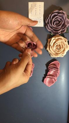 Fabric Roses Diy, Fabric Flower Pins, Fabric Flower Brooch, Streamer Flowers, Diy Flowers, Ribbon Embroidery Tutorial, Silk Ribbon Embroidery, How To Make Leather, How To Make Rose