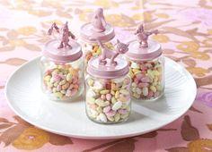 Op zoek naar een leuke traktatie? Flair heeft de leukste traktatietips voor je op rij gezet, zoals deze potjes met snoep.