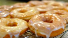 Krispy Kreme doughnuts are famously sweet and delicious, especially when they're still warm. With this copycat recipe for Homemade Krispy Kreme Glazed Doughnuts, you can make the favorite sweet treat right at home. Vegan Donut Recipe, Donut Recipes, Copycat Recipes, Cooking Recipes, Potato Flour Donut Recipe, Donut Flavors, Recipe 30, Recipe Image, Fritters