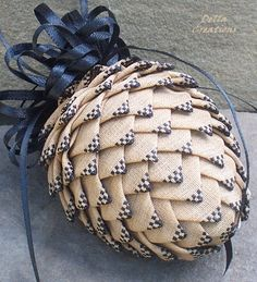 I am obsessed with quilted ornaments... just LOVE this quilted pinecone ornament!!