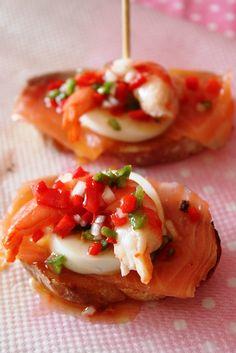 Pintxo de langostino, huevo duro y salmón / Smoked salmon, hardboiled egg and shrimp pintxo(tapa)