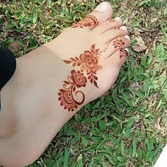 From Mehndi Design has a very special place in our hearts because of its simplicity and unique nature. Post Mehndi Design For Leg Simple can be achieved Henna Hand Designs, Mehndi Designs Finger, Mehndi Designs Feet, Legs Mehndi Design, Mehndi Designs 2018, Mehndi Design Pictures, Wedding Mehndi Designs, Beautiful Mehndi Design, Henna Tattoo Designs