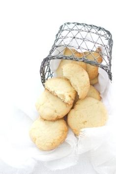 Coconut and White Chocolate Cookies Biscotti Cookies, Milk Cookies, Sweet Cookies, Snack Recipes, Dessert Recipes, Snacks, White Chocolate Cookies, Biscuits, Small Desserts