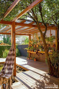 O tanque ornamental no terreno de 50 m² transformou o quintal desta casa em Campinas, SP, em um paraíso natural particular, ideal para o convívio dos moradores com animais e plantas de diferentes espécies