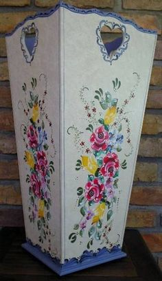 Peça em MDF, pintura decorativa bauernmalerei. One Stroke Painting, Tole Painting, 257, Folk Art, Decoupage, Arts And Crafts, Ceramics, Drawings, Painting On Tiles