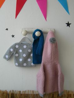 Conjunto para bebé de jersey de lunares gris con chaqueta rosita y pompón y terminados grises. Para dar otro tonos recomendamos una bufanda azul.