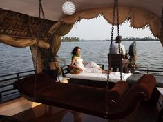 Hills & Houseboat: Munnar and Alleppey Honeymoon Package 6 Days & 5 Nights Customizable