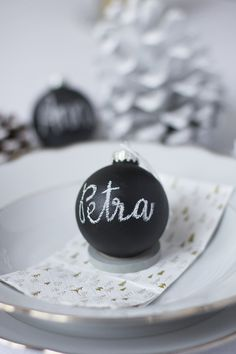 DIY: Christbaumkugeln mit Tafelfarbe DIY: Christmas tree balls with blackboard paint Homemade Christmas Decorations, Diy Christmas Tree, Christmas Is Coming, Xmas, Blackboard Paint, Blackboards, Christen, White Decor, Merry And Bright