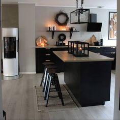 Ikea Kungsbacka antrasitt er en slitesterk kjøkkenfront i en mørk grå, nesten svart farge. Fronten har en moderne stil som er lett å like, ifølge Ikea. Condo Interior, Kitchen Interior, New Kitchen, Interior Design, Kitchen Ideas, Küchen Design, House Design, Fancy Kitchens, Small Condo