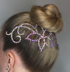 Este impresionante peluca está hecha de cristales de Swarovski de alta calidad. En las fotos de arriba puedes ver la AB hermoso claro cristales pero está disponible en muchos otros colores. Fácil de usar, todo lo que necesita es unas cuantas horquillas para garantizar y. ¿Quieres un