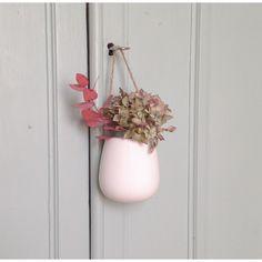 Vase à suspendre en porcelaine www.lereperedesbelettes.com