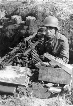 German machine-gunner in all the splendor of logistics Wehrmacht: excellent shape, shiny helmet, MG-34 machine gun with optical sight MGZ.34. Staged photo, but the view of the German forces on the equipment provides. MGZ.34 sight is for shooting at a distance of up to 2500 m, and from the closed position line (3000 m) and indirect (up to 3500 m) fire. June 1944