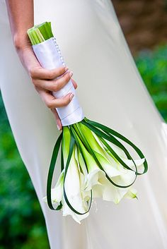 Calla Lily Bouquet for bridesmaids. 7 white calla lilies with grass loops, white satin handle & crystal pins. Can change color of ribbon, pins can be crystal, pearl, or rhinestone. Bouquet Bride, Calla Lily Bouquet, Hand Bouquet, Calla Lillies, Bridesmaid Bouquet, Broschen Bouquets, Wedding Bouquets, Wedding Gowns, Bridal Flowers