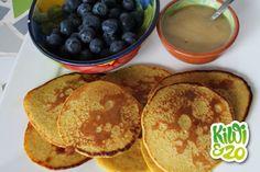 Havermout pannenkoekjes met sinaasappelsap en eieren  Lekker met met blauwe bessen/banaan en honing.  90 gr havermout 2 eieren Sap van 2 sinaasappels Snufje zout Blauwe bessen Eetlepel honing Olijfolie