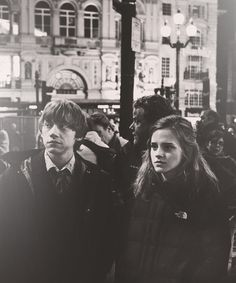 Rupert grint & emma watson on the set of harry potter and the deathly hallows pt Mundo Harry Potter, Harry Potter Actors, Harry Potter Pictures, Harry Potter Universal, Harry Potter Characters, Ron And Hermione, Ron Weasley, Hermione Granger, Harry Potter Aesthetic