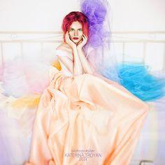 OKeyteam, арт, коллаж, портретная фотография, девушка, яркие волосы, свет, портрет, фэшн, платье, красные волосы, фатин, разноцветные ткани, кукла www.okeyteam.com
