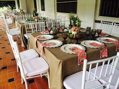 Sillas Tiffany blancas y mesas con manteles de burlap dan el toque campestre