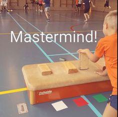 Mastermind kun je nu niet alleen binnen spelen, maar ook in de gymles of buiten op het plein. Succes gegarandeerd van De Spelles.