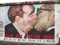 EAST vs. WEST - De kus van Breznjev en Honecker tijdens de viering van het 30-jarig bestaan van de DDR is het bekendste graffitikunstwerk van Berlijn.