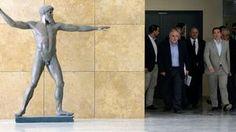 2. Juni: Alexis Tsipras (r.) und seine Entourage im Bildungsministerium in Athen.