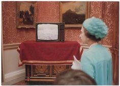 Una televisión en el interior del Palacio de Buckingham mostró la emoción de las multitudes fuera.