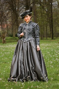 Renaissance dress. Obviously a costume, but still beautiful.