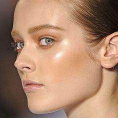 Chroming: descubra a técnica de maquiagem que ilumina a pele