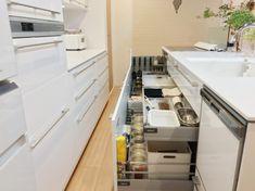 下がり天井が空間を仕切るキッチン。_____mariagramさんのキッチンを探索!【一条工務店 スマートキッチン(ワイドカウンター)】 | ムクリ[mukuri] Kitchen Cabinets, Closet, Home Decor, Videos, Armoire, Decoration Home, Room Decor, Cabinets, Closets