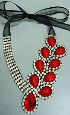 maxi-colar com gotas vermelha revestido com stras branco medio.Colado em feltro preto e com fita de organza para ajustar.