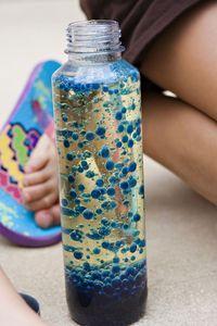 Fast 3/4 der Flasche mit Öl füllen, bis ca. 1 1/2 cm unter den Rand mit Wasser auffüllen. 10 Tropfen Lebensmittelfarbe hineingeben. Alker Sälzer Tablette vierteln und immer ein Stück hinzugeben und staunen.
