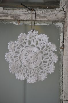 Cute winter decoration ideas - look like snowflakes! Love Crochet, Crochet Motif, Crochet Doilies, Knit Crochet, Free Doily Patterns, Crochet Patterns, Crochet Snowflakes, Mobiles, Christmas Holidays