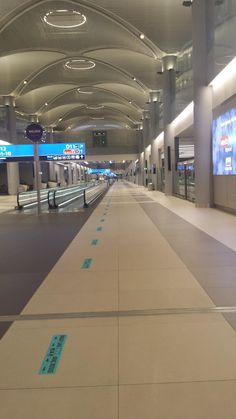 So the Istanbul airport is now the biggest but it's super empty this is just the D section every other one are the same. Sky Aesthetic, Travel Aesthetic, Airplane Photography, Travel Photography, Istanbul Airport, Mode Poster, Airplane Window, Airport Photos, Applis Photo