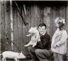 Shostakovich junto a su hermana Galia jugando con unos cerditos.
