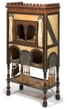 Carlo bugatti (1856-1940) cabinet orientaliste, structure en bois clair, divers bandeaux et rehauts de marqueterie de bois teinté et de feui...