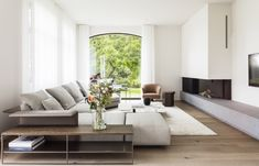 Expressing personality with the contrasting leather-wing and bronze stitching. FREEMAN sofa and CALDER BRONZE console Credit: House KR by . House Design, Decor Design, Home And Living, Living Room Designs, Home Living Room, Interior Design, House Interior, Home Deco, Elle Decor Living Room