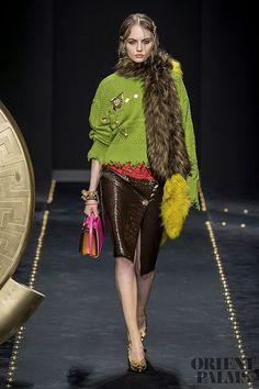 Versace Fall 2019 Ready-to-Wear Fashion Show - Vogue Moda Fashion, Retro Fashion, High Fashion, Fashion Boots, Street Fashion, Vogue Paris, Winter Stil, Versace Fashion, Fashion 2020