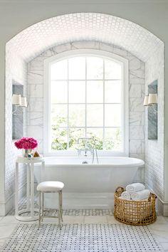 50 Идей дизайна ванной комнаты площадью 3 кв. м: Все стили от чистой роскоши до ультрасовременности (фото) http://happymodern.ru/dizajn-vannoj-komnaty-3-kv-m-foto/ Помимо ламп, находящихся в нише, осветить, и без того белую ванную комнату, помогает большое окно Смотри больше http://happymodern.ru/dizajn-vannoj-komnaty-3-kv-m-foto/