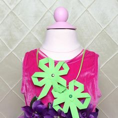 Craft a festive four leaf clover necklace with the kids to celebrate St. Patrick's Day! Click through to watch this super quick & easy Lucky Paper Necklace video craft.