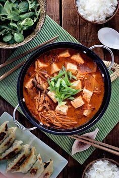 Menu japonés con kimchi jigae, ensalada con aliño japones y gyozas de verdura.  - El menú que he preparado hoy es vegano y su plato principal es el kimchi jigae, este guiso coreano al que le daremos un toque japonés, tiene como ingrediente principal la col kimchi que es un ingrediente muy popular en la cocina coreana, se trata de col fermentada en un aliño picante