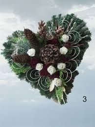 Grave arrangements Dead Sunday arrangement of All Saints Grave arrangement Grave jewelry Here we offer you fresh grave jewelry in heart shape. The arrangement is made of fresh fir and conifer . Funeral Flower Arrangements, Funeral Flowers, Xmas Wreaths, Autumn Wreaths, Outdoor Christmas Tree Decorations, Holiday Decor, Cemetery Decorations, Hydrangea Wreath, Flower Centerpieces