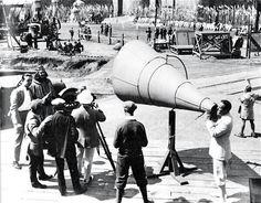 Douglas Fairbanks dirigiendo Robin Hood (1922) con un megáfono gigante.