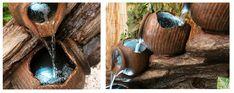 Fuente Cántaros de Agua sobre Madera - Luces LED - Altura 80cm Esta fuente de acabado muy realista es perfecta para cualquier jardín. El agua cae en cascada por las cuatro tinajas que reposan sobre un leño. Las tinajas están iluminadas por luces LED, que son 5 veces más fue