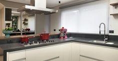 Cozinha planejada com batedeira Vermelha