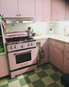Retro Kitchen Appliances, Steel Kitchen Cabinets, Kitchen Appliance Storage, 1950s Kitchen, Kitchen Flooring, Vintage Kitchen, Kitchen Refrigerators, Modern Retro Kitchen, Kitchen Reno