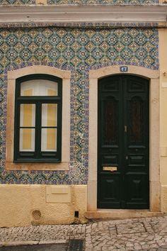 Porta e janela em casa de azulejos - Jose A. P. Costa